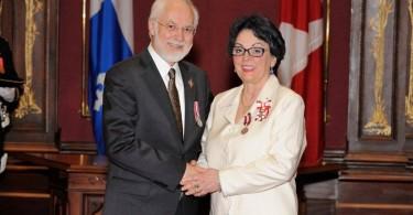 Francine, décorée de l'Ordre du Canada (membre) reçoit la Médaille de la Reine en 2014 par le Gouverneur général du Québec, l'Honorable Pierre Duchesne