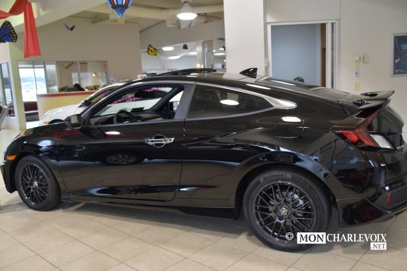 DÉJÀ VENDU Civic Touring Coupé 2 portes noir Comprend: aileron, sièges en cuir, mags, kit de jupes, vitres teintées, caméra d'angle mort. 97.91$ par semaine taxes incluses.