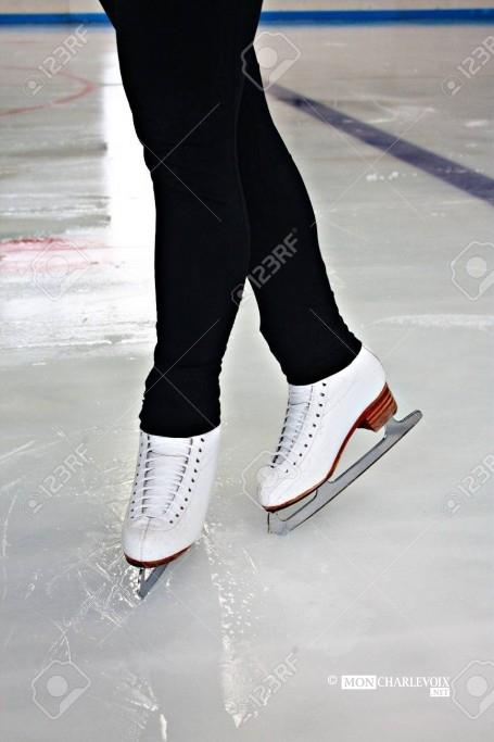 37718612-jambes-de-femme-en-blanc-patins-à-glace-sur-la-patinoire